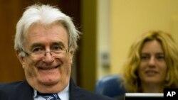 Nghi can tội phạm chiến tranh Radovan Karadzic (trái) đang bị xét xử 10 về tội trạng bao gồm tội ác chiến tranh và diệt chủng