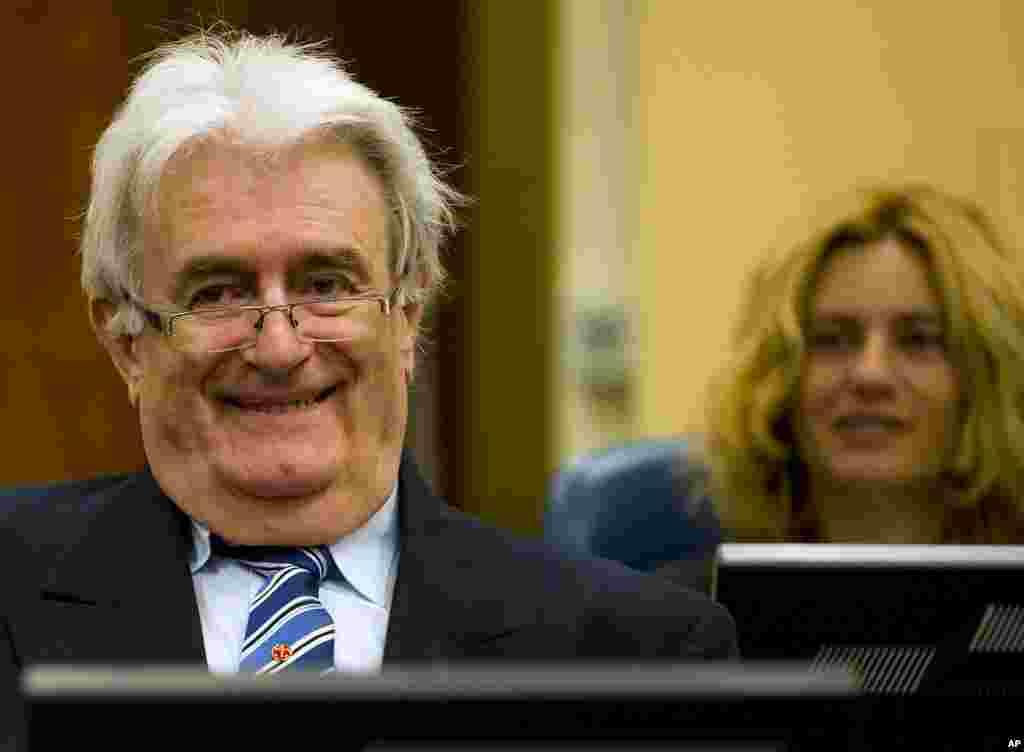 Radovan Karadzic, nghi phạm tội ác chiến tranh và cựu lãnh đạo người Serbia gốc Bosnia, mỉm cười khi bắt đầu tiến hành tự bào chữa tại tòa án tội phạm chiến tranh của Liên Hiệp Quốc ở La Hague, Hà Lan, ngày 16 tháng 10, 2012.