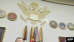 Đô Đốc Mike Mullen (trái) và Bộ trưởng Quốc phòng Hoa Kỳ Robert Gates điều trần trước Quốc hội, ngày 16 tháng 2, 2011