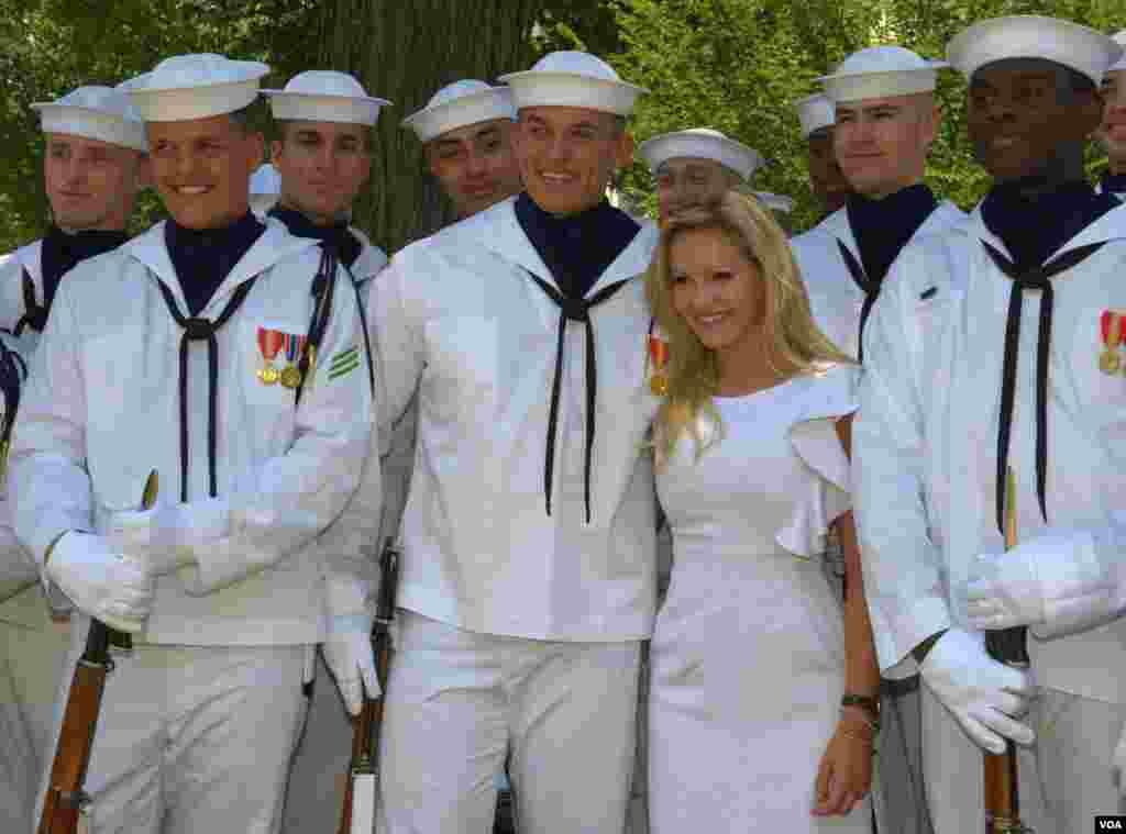 Элизабет Фехтел, королева конкурса Мисс Америка среди тинэйджеров, с курсантами-моряками