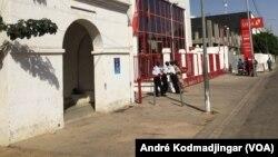 Une banque de la place principale à N'Djamena au Tchad, le 5 février 2018. (VOA/André Kodmadjingar)