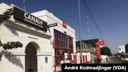 Une banque de la place fermée au Tchad, le 5 février 2018. (VOA/André Kodmadjingar)