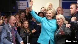 ຜູ້ຖືກສະເໜີຊື່ລົງແຂ່ງຂັນເອົາຕຳແໜ່ງປະທານາທິບໍດີ ຈາກພັກເດໂມແຄຣັດ ທ່ານນາງ Hillary Clinton ທັກທາຍກັບປະຊາຊົນທີ່ຫ້ອງການໂຄສະນາຫາສຽງໃນ ນະຄອນ Seattle, ລັດວໍຊິງຕັນ. 14 ຕຸລາ, 2016.