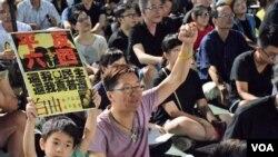 有香港家長帶同年幼兒子參與支聯會維園六四燭光集會 (美國之音湯惠芸拍攝)