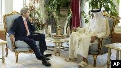 El secretario de Estado de EE.UU., John Kerry, (izquierda) reunido con el emir de Qatar, Sheik Tamim bin Hamad Al-Thani, en Doha, Qatar, el lunes, 3 de agosto, de 2015.
