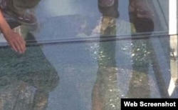 Chinese glass walkway 3,000 feet up in the air cracks as tourists walk across it. (WEB Screenshot)