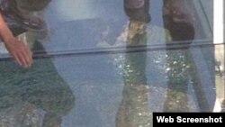 Vết nứt trên cây cầu bằng kính của Trung Quốc bị nứt trong lúc du khách đang đi qua cầu.
