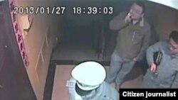两名重庆警官(着便衣者)在北京公安陪同下到朱瑞峰家取证遭拒。 (朱瑞峰视频截图)