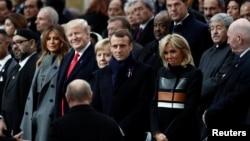 在巴黎纪念第一次世界大战停战100周年的集会后,俄罗斯总统普京走到世界各国领导人排好的队列前寻找自己的位置。(2018年11月11日)