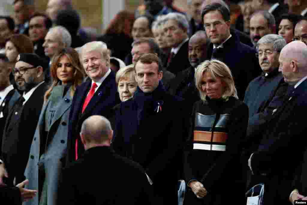 Президент России Владимир Путин прибыл, чтобы занять свое место на церемонии рядом с президентом Франции Эммануэлем Макроном, Бриджит Макрон, канцлером Германии Ангелой Меркель, президентом США Дональдом Трампом и первой леди Меланией Трамп