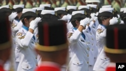 Anggota Anggota TNI Angkatan Laut perempuan sedang memberi hormat pada upacara peringatan Kemerdekaan Indonesia di Istana Merdeka, 17 Agustus 2017. TNI dan Kepolisian masih terus melakukan tes keperawanan pada calon anggota militer dan polisi, bahkan setelah tiga tahun WHO menyatakan bahwa tes tersebut tidak memiiki dasar ilmiah, menurut kelompok perlindungan hak-hak asasi manusia, Rabu, 22 November 2017. (AP Photo/Dita Alangkara)