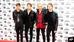 ລາຍການວິທະຍຸ Radio 1 ຂອງ BBC ໃນພິທີລາງວັນຊາວໜຸ່ມ ໃນນະຄອນລອນດອນ, 8 ພະຈິກ15.