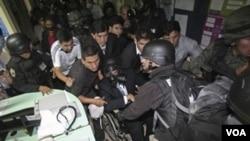El presidente de Ecuador, Rafael Correa, fue rescatado por el ejército durante la rebelión policial.