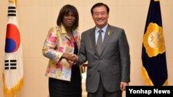 22일 한국 외교부와 세계식량계획(WFP) 간 기본 협정 체결을 위해 방한 중인 어서린 커즌 세계식량계획 사무총장(왼쪽)이 강창희 한국 국회의장과 악수하고 있다.