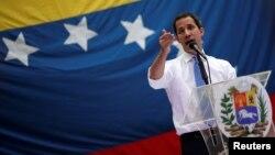 El presidente interino de Venezuela, Juan Guaidó, habla a sus pertidarios en Caracas, el septiembre 30 de 2019.