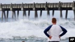 2018年5月28日,隨著副熱帶風暴的臨近,佛羅里達州彭薩科拉居民在觀看洶湧海浪。