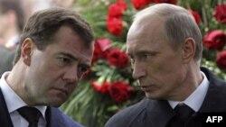 Российский президент Дмитрий Медведев и глава правительства Владимир Путин.