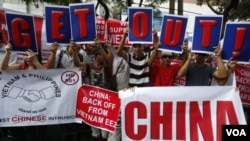 菲律賓人高舉中國滾出去的抗議牌。