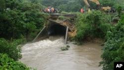 Toán các nhân viên khẩn cấp sửa chữa một cây cầu bị hư hại vì lũ lụt gần thị trấn Singatoka ở Fiji, ngày 31/3/2012