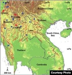 Bản đồ vùng đất Đông Nam Á: những vòng xám/ grey chỉ các vùng phân bố tâm chấn động đất / epicentral distributions; những vòng xanh/ blue ghi dấu các trận động đất ≥ 6.0; những ngôi sao đỏ/ red stars ghi dấu các trận động đất ≥ 7.0. Các đường gạch đỏ/ red lines là biểu thị đường đứt gãy gây động đất / seismogenic faults. (Santi Pailoplee et al.2009) (4)