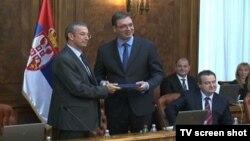 Premijer Srbije Vučić preuzima izveštaj Evropske komisije od šefa delegacije EU u Srbiji Davenporta u Beogradu 8. oktobar 2014.