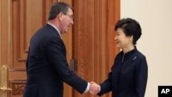 애슈턴 카터 미국 국방장관(왼쪽)이 10일 청와대로 박근혜 한국 대통령을 예방했습니다.