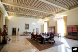 教皇方济各与八位枢机主教在梵蒂冈开会.