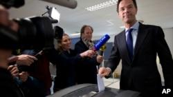 네덜란드에서 6일 국민투표를 실시한 가운데, 마르크 뤼터 총리가 6일 헤이그의 투표소에서 투표하고 있다.