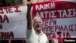 Một người biểu tình hô khẩu hiệu trong một cuộc biểu tình được tổ chức bởi ADEDY, công đoàn khu vực công lớn nhất ở Hy Lạp, đánh dấu một cuộc đình công 24 giờ ở Athens, Hy Lạp.