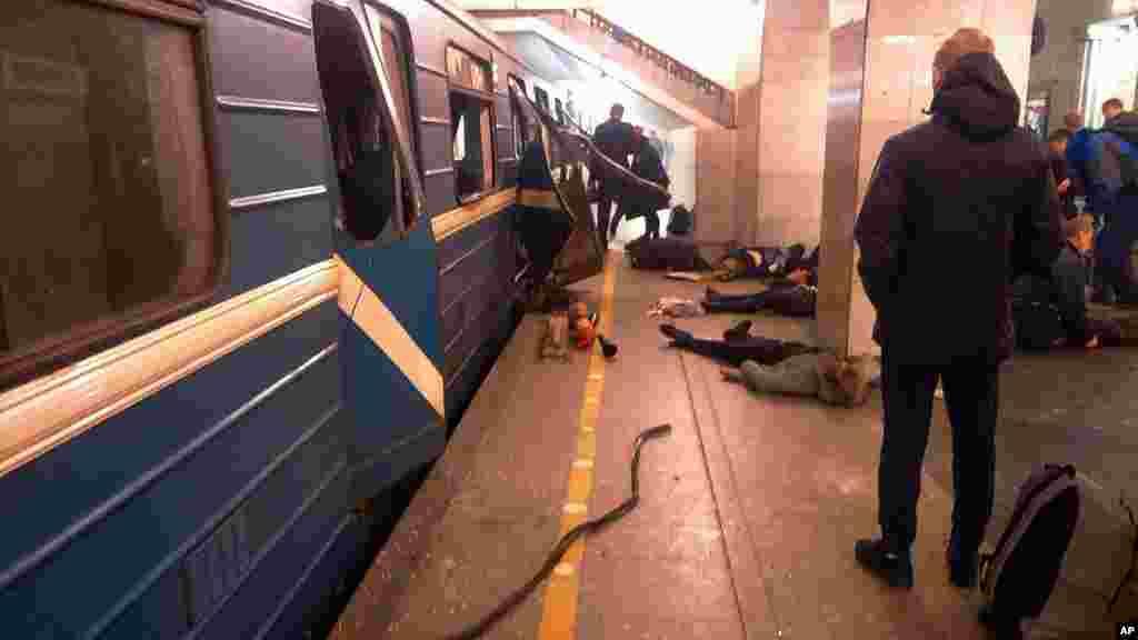 Des victimes au sol près du train qui a été frappé par l'explosion, Saint-Pétersbourg, Russie, le 3 avril 2017.