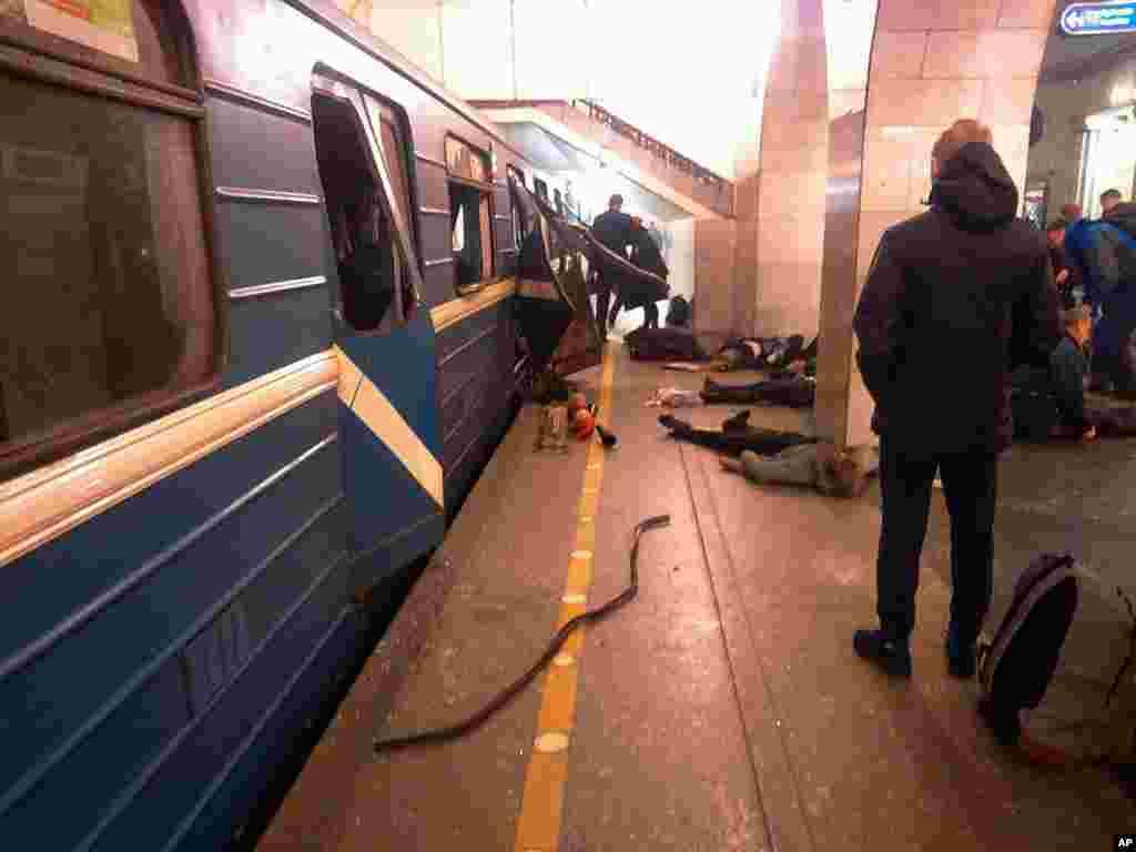 Vítimas da explosão junto à carruagem do metro que foi atingida na estação de Tekhnologichesky Institut São Petersburgo, Russia, Abril 3, 2017.