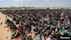 فلسطینیوں نے احتجاجی مظاہرے کے دوران جمعے کی نماز غزہ کے ساتھ اسرائیلی سرحد پر ادا کی۔ وہ وطن جانے کی اجازت کا مطالبہ کر رہے تھے۔ 30 مارچ 2018