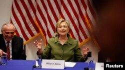 La candidate Hillary Clinton échange avec des leaders des autorités policières à New York, États-Unis, le 18 août 2016.