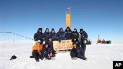Tim peneliti Rusia mengambil beberapa sampel air dari Danau Vostok di bawah lapisan es Antartika (foto: dok).