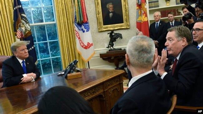TT Donald Trump tiếp phái đoàn thương mại Trung Quốc tại Tòa Bạch Ốc hôm 23/2/2019.