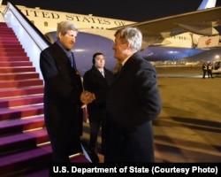 ລມຕ ຕ່າງປະເທດ ສະຫະລັດ ທ່ານ John Kerry ສຳພັດມືກັບ ເອກອັກຄະລັດຖະທູດ ສະຫະລັດ ປະຈຳປັກກິ່ງ ທ່ານ Max Baucus.