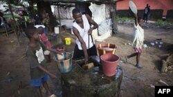 Trẻ em trong thủ đô Monrovia đang lấy nước từ giếng