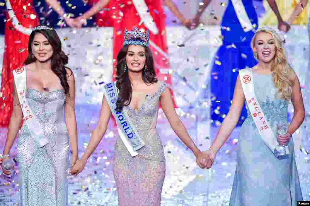 عالمی مقابلہ حسن کی فاتح مس انڈیا منوشی چیلار نے دوسرے اور تیسرے نمبر پر آنے والی مس میکسیکو آندرے میزا اور مس انگلیڈ اسٹیفنی ہل کا ہاتھ تھاما ہوا ہے