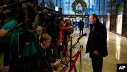 데이비드 퍼트레이어스 전 중앙정보국(CIA) 국장이 28일 뉴욕 맨해튼의 트럼프타워에서 도널드 트럼프 대통령 당선인을 면담한 뒤 기자들의 질문에 답하고 있다.