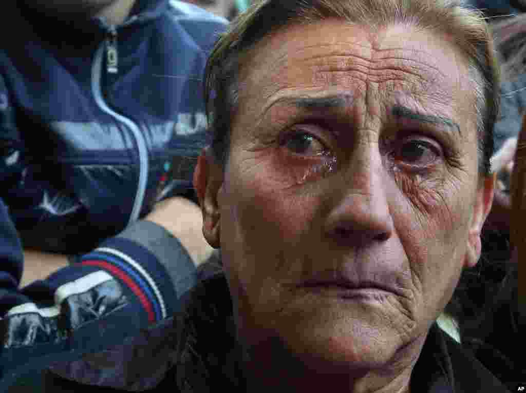 Một phụ nữ li-băng khóc trong khi tang lễ của cựu bộ trưởng Mohammed Chatah được cử hành tại Quảng trường Martyrs ở Beirut. Ông Chatah bị ám sát hôm 27 tháng 12, 2013, trong một vụ tấn công bằng xe cài bom.