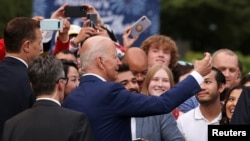 美國總統拜登(中)邀請了數百名嘉賓到白宮出席國慶活動(路透社2021年7月4日)