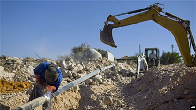A Palestinian worker at a construction site in the West Bank Jewish settlement of Yakir, south of Nablus, 27 Sep 2010