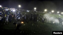 La policía se enfrenta con manifestantes frente al Congreso Nacional de Brasil durante una protesta contra el nombramiento del expresidente Luiz Inácio Lula da Silva como jefe de gabinete de la presidenta Dilma Rousseff. Brasilia, marzo 17, 2016.