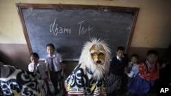 7月6号在尼泊尔首都加德满都一所西藏小学里,一位身穿传统服装的西藏舞者准备参加达赖喇嘛的生日庆典。