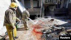 Пожежники усувають сліди крові з місця атаки терористів у Кабулі