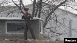 지난 13일 북한의 중국 접경 지역인 신의주 초소에서 중국 쪽을 바라보는 북한군 병사 (자료사진)