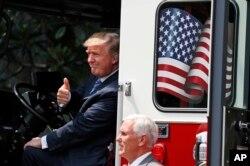 El presidente de EE.UU. Donald Trump se sube a un nuevo carro de bomberos llevado a la Casa Blanca para destacar los productos fabricados en EE.UU.