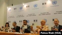 Delegasi peserta Prepcom 3 UN Habitat III di Surabaya memberikan keterangan pers mengenai pentingnya memasukkan isu transportasi untuk mendukung penataan kota.