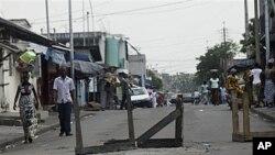 Des barricades improvisées à Abidjan