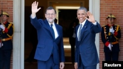 U.S. President Barack Obama and Spain's acting Prime Minister Mariano Rajoy (L) wave at the media at the Moncloa Palace in Madrid in Madrid, Spain, July 10, 2016.